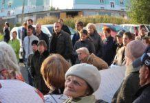 Митинг против уплотнительной застройки в Петрозаводске прошел на фоне корпусов только что построенного президентского кадетского училища. Фото: Валерий Поташов
