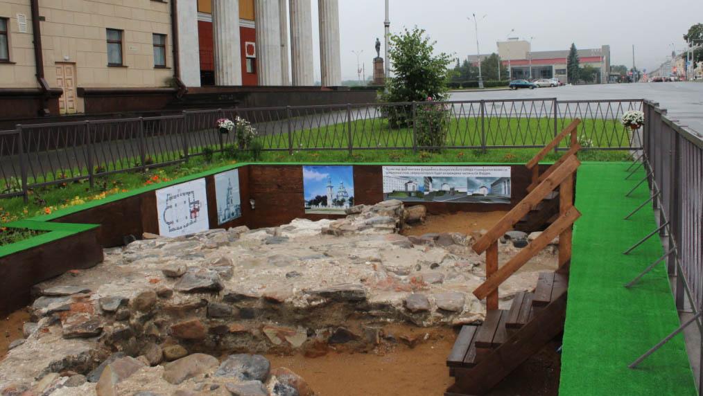Раскоп в бывшей зеленой зоне. Фото: Валерий Поташов