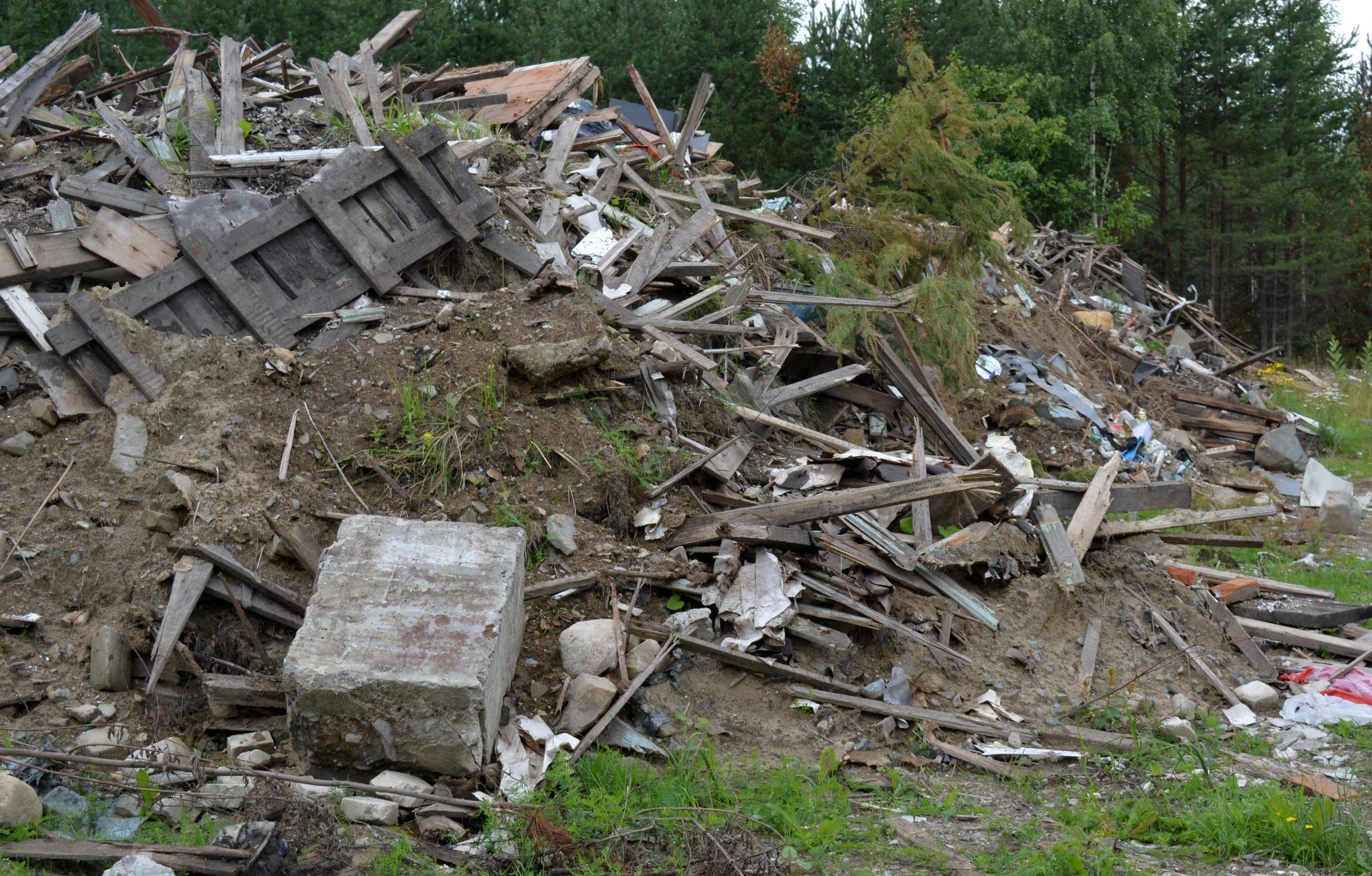 Расселенное жилье отправляется в Петрозаводске на незаконные свалки. Фото: Алексей Владимиров