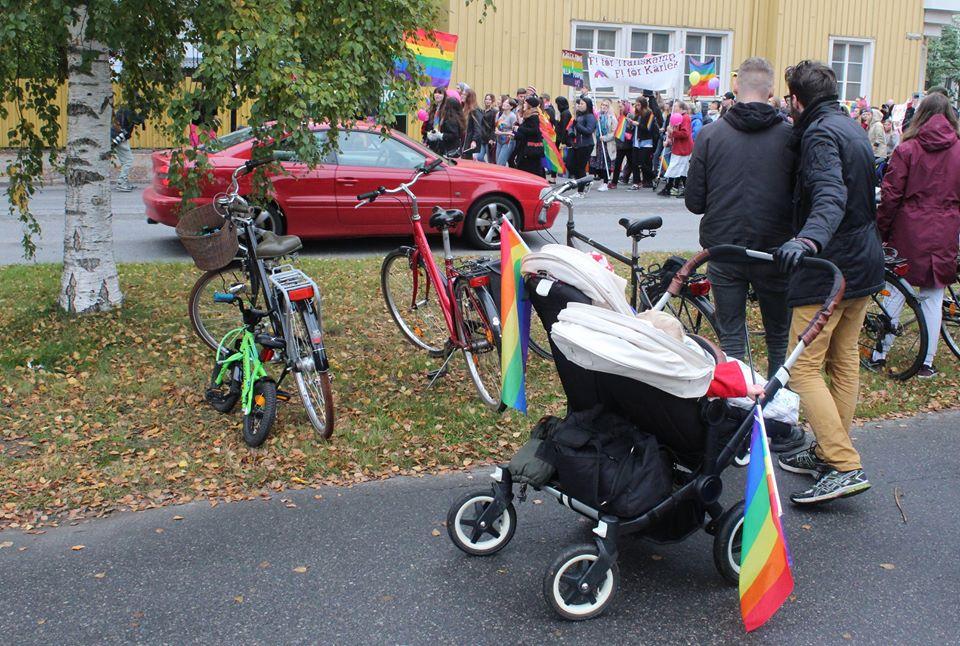 Многие жители Умео пришли на Прайд-парад вместе с детьми. Фото: Валерий Поташов