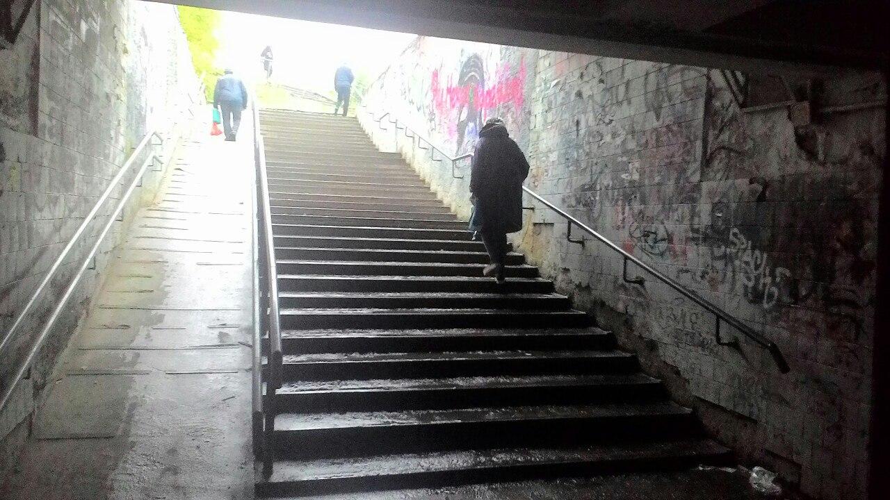 За полгода вокруг железнодорожного вокзала Петрозаводска ничего не изменилось. Фото: Зульфия Шевченко