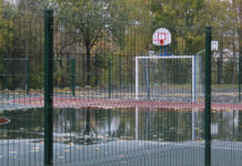 Спортплощадка у гимназии N17, построенная на средства правительства Москвы, не выдержала испытания карельским дождем. Фото: Черника