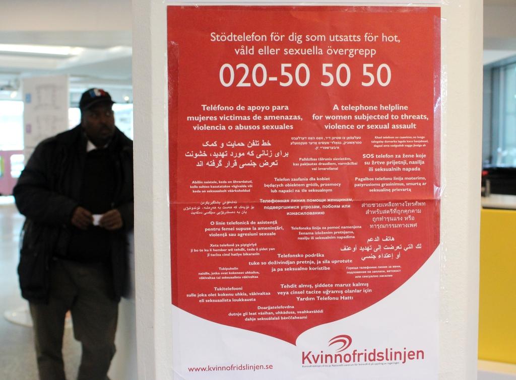 Плакат в здании администрации шведской коммуны Нака призывает звонить на телефон