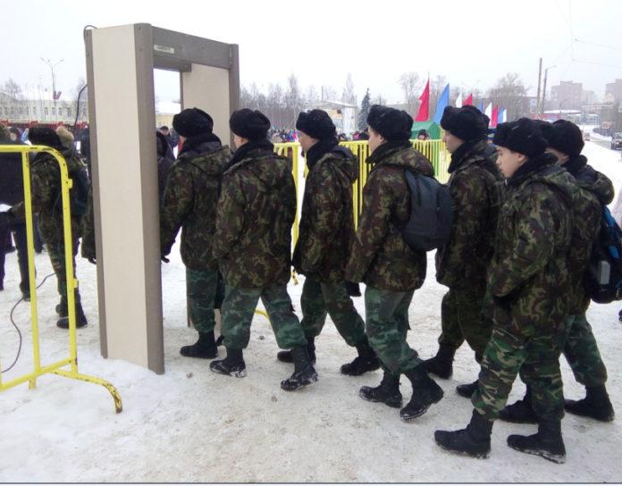 Детей ведут на митинг-концерт в поддержку олимпийцев в Петрозаводске. Фото: Черника