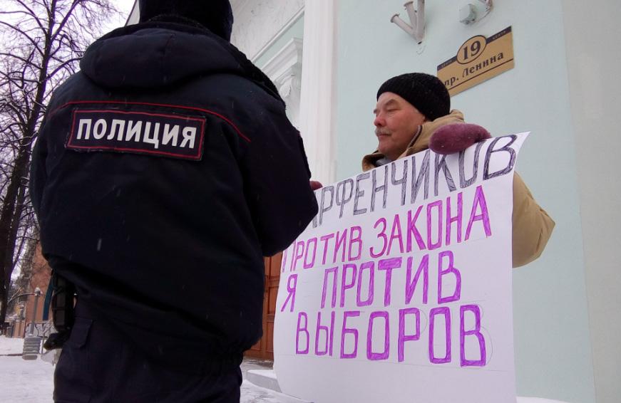 В Петрозаводске прошла серия одиночных пикетов в знак протеста против бездействия властей, которые не могут снести торговую пристройку