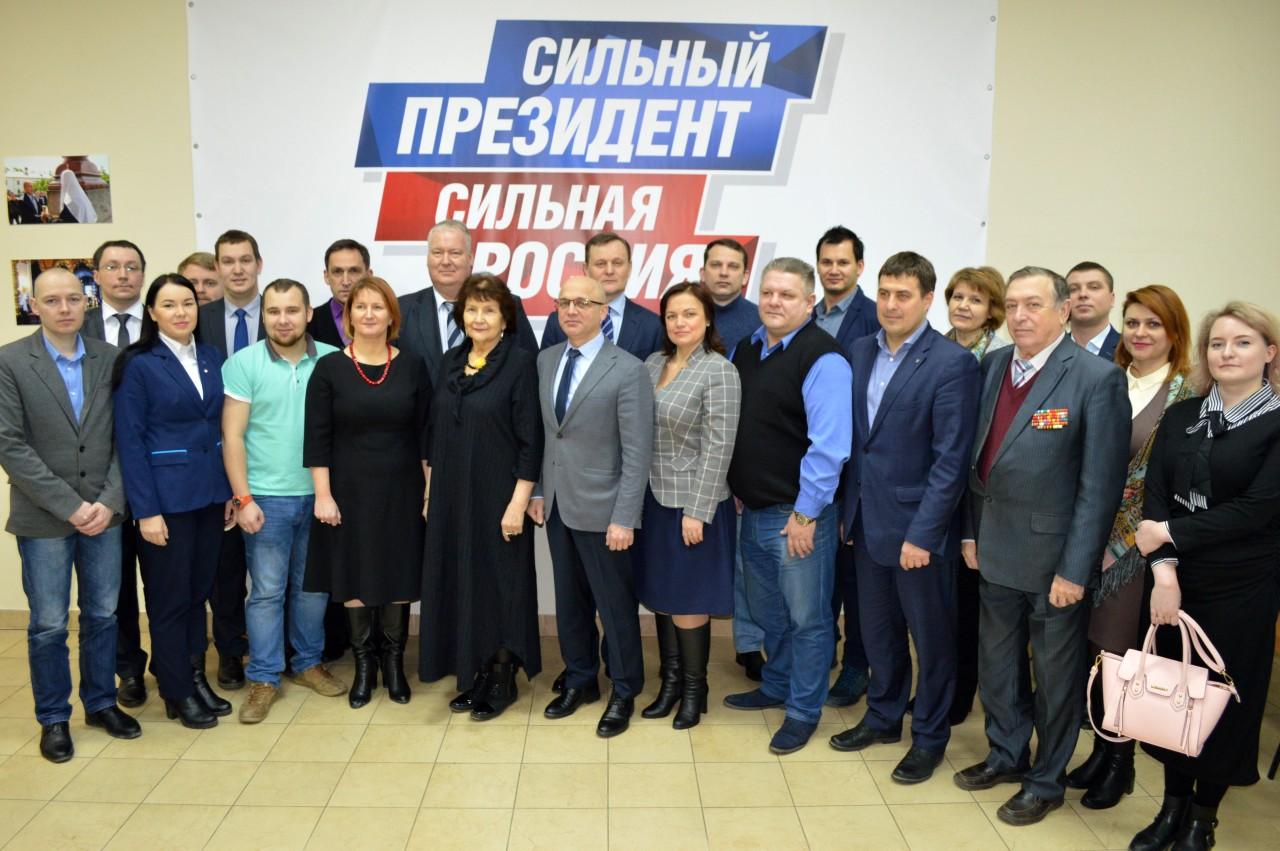 Господин Черненко (в переднем ряду второй справа) среди членов избирательного штаба Путина в Карелии. Фото: rk.karelia.ru