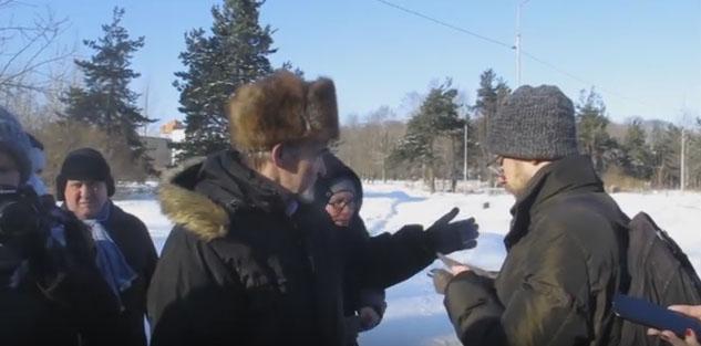 Известный исследователь сталинских репрессий Юрий Дмитриев проводит экскурсию на Зарецком кладбище Петрозаводска. Фото: YouTube