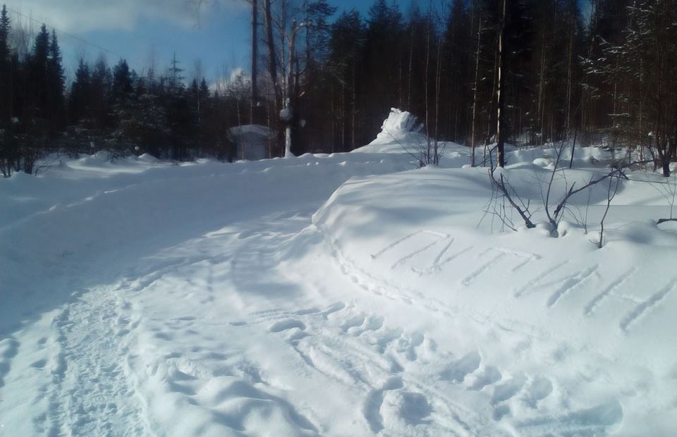"""По дороге туда, где раньше была станция, местные жители написали на снегу """"Путин"""". Фото: Анна Лялина"""