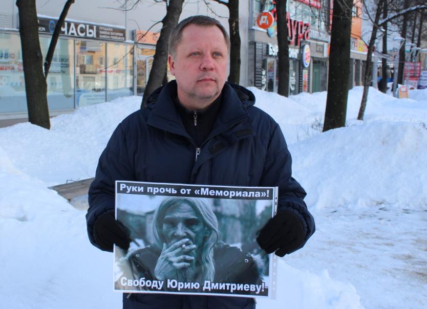 Один из участников пикетов Владимир Тихонов. Фото: Валерий Поташов
