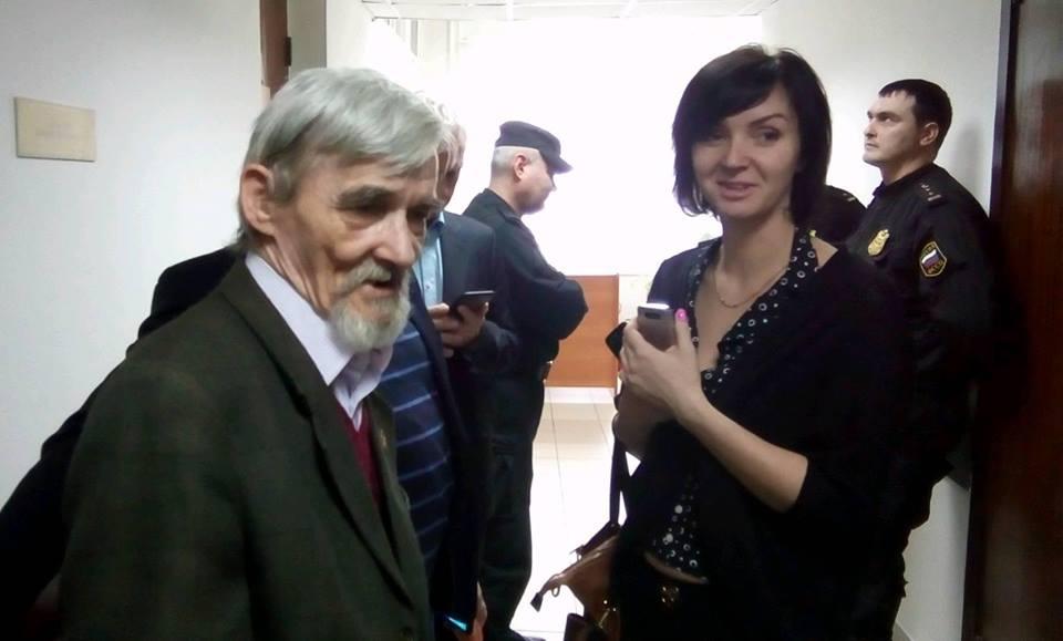 Юрий Дмитриев вместе со старшей дочерью Катей в коридоре суда. Фото: Валерий Поташов