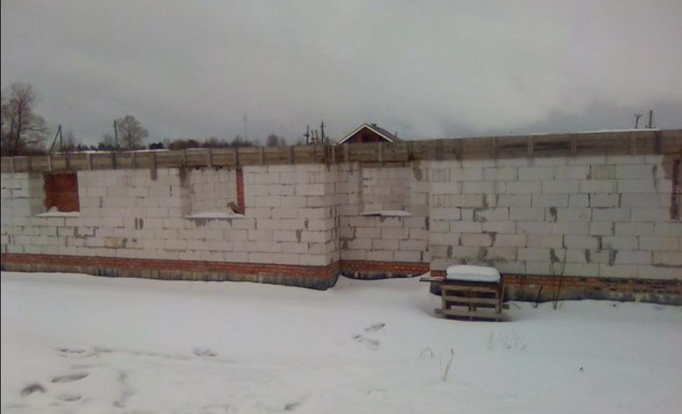 Новый дом так и стоит недостроенный, и за это никто не ответил. Фото: Ирина Астрадымова