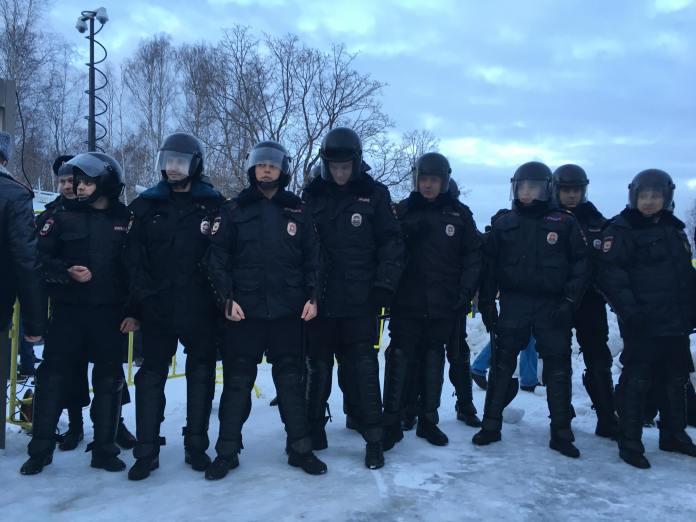 """Полиция не дала жителям Петрозаводска провести """"забастовку избирателей"""" в """"гайд-парке"""" на набережной Онежского озера. Фото: Валерий Поташов"""