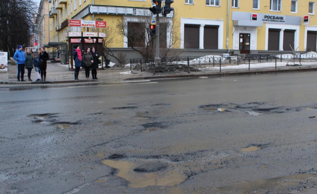 Ямы в столице Карелии даже на улице Ленина, где располагается городская администрация и республиканское правительство. Фото: Валерий Поташов