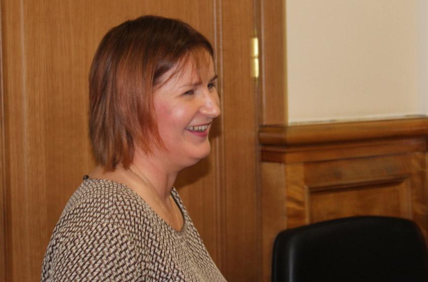 Председатель парламентского комитета Анна Лопаткина поначалу стала убегать от камеры. Фото: Валерий Поташов