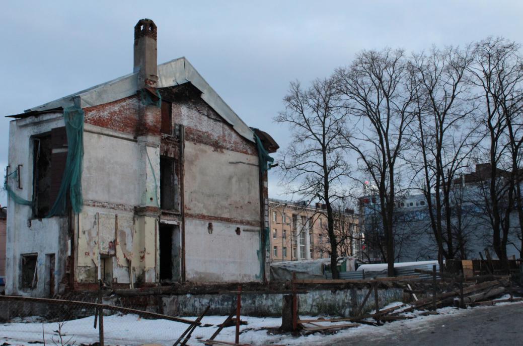 А это уже печально знаменитый объект культурного наследия Карелии - бывшее здание МИД Карело-Финской ССР, точнее то, что от него осталось. Фото: Валерий Поташов