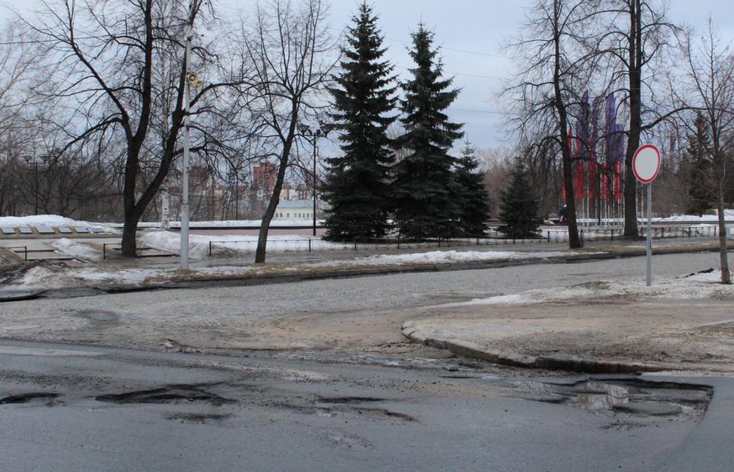 """А так выглядит дорога у мемориала """"Могила Неизвестного солдата"""" в Петрозаводске. Фото: Валерий Поташов"""