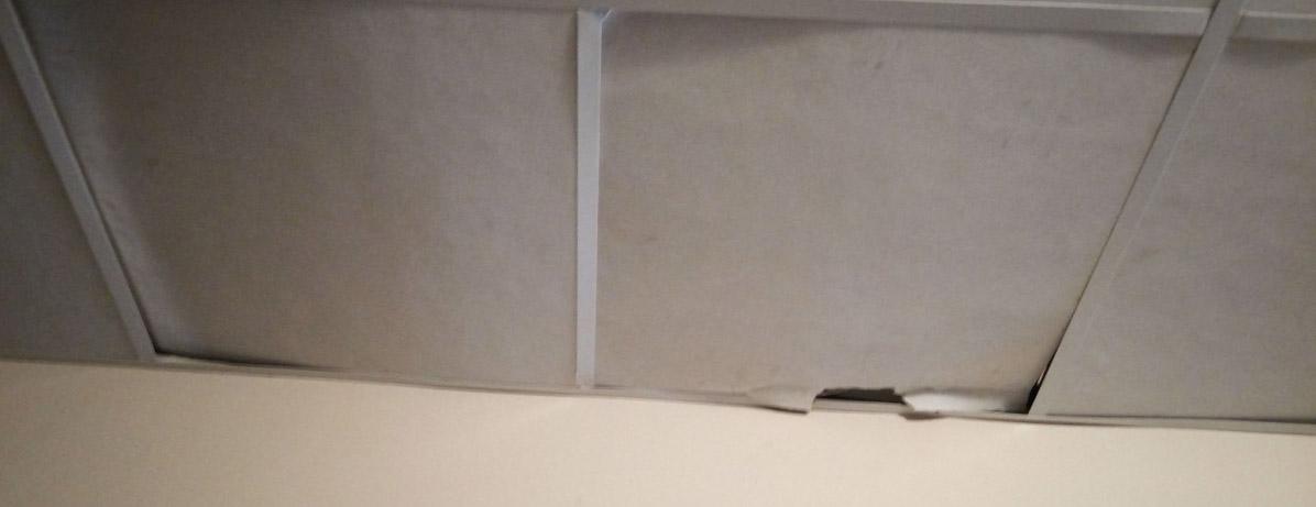 Так выглядит потолок в коридоре высотки. Фото: Татьяна Смирнова