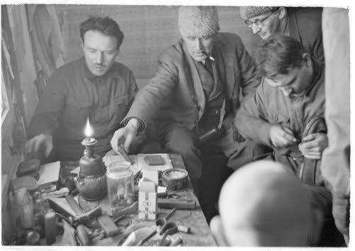 Медвежьегорск. 1942 г. Военнопленные за починкой обуви