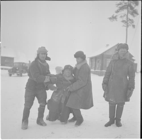 Медвежьегорск. 1942 г. Военнопленные поддерживают под руки пьяного товарища