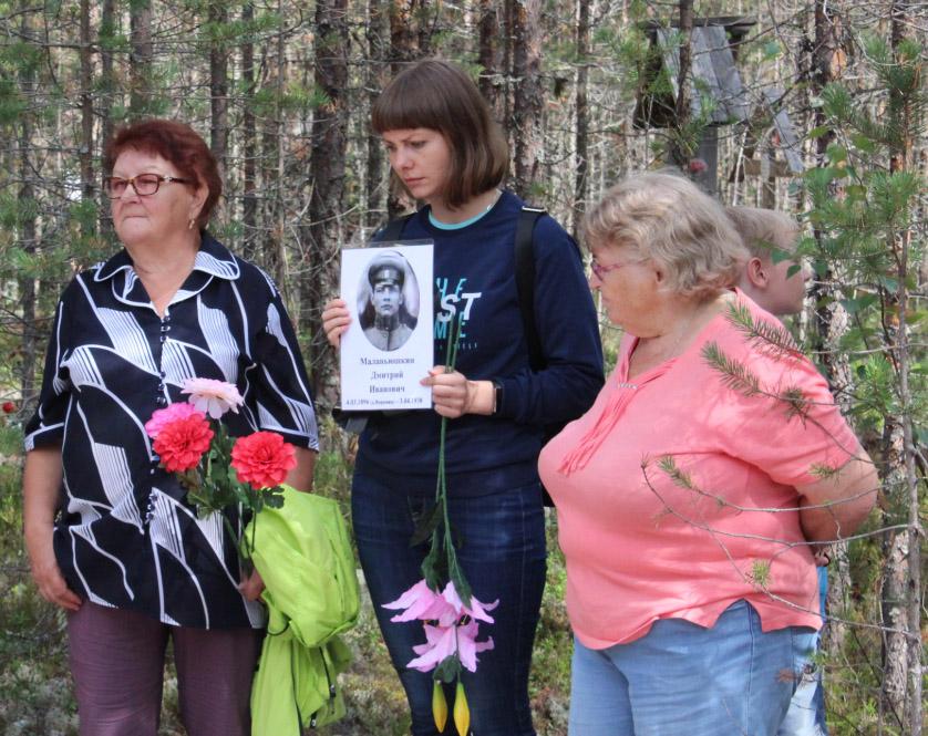 Участников траурных мероприятий в Сандармохе объединила память. Фото: Валерий Поташов